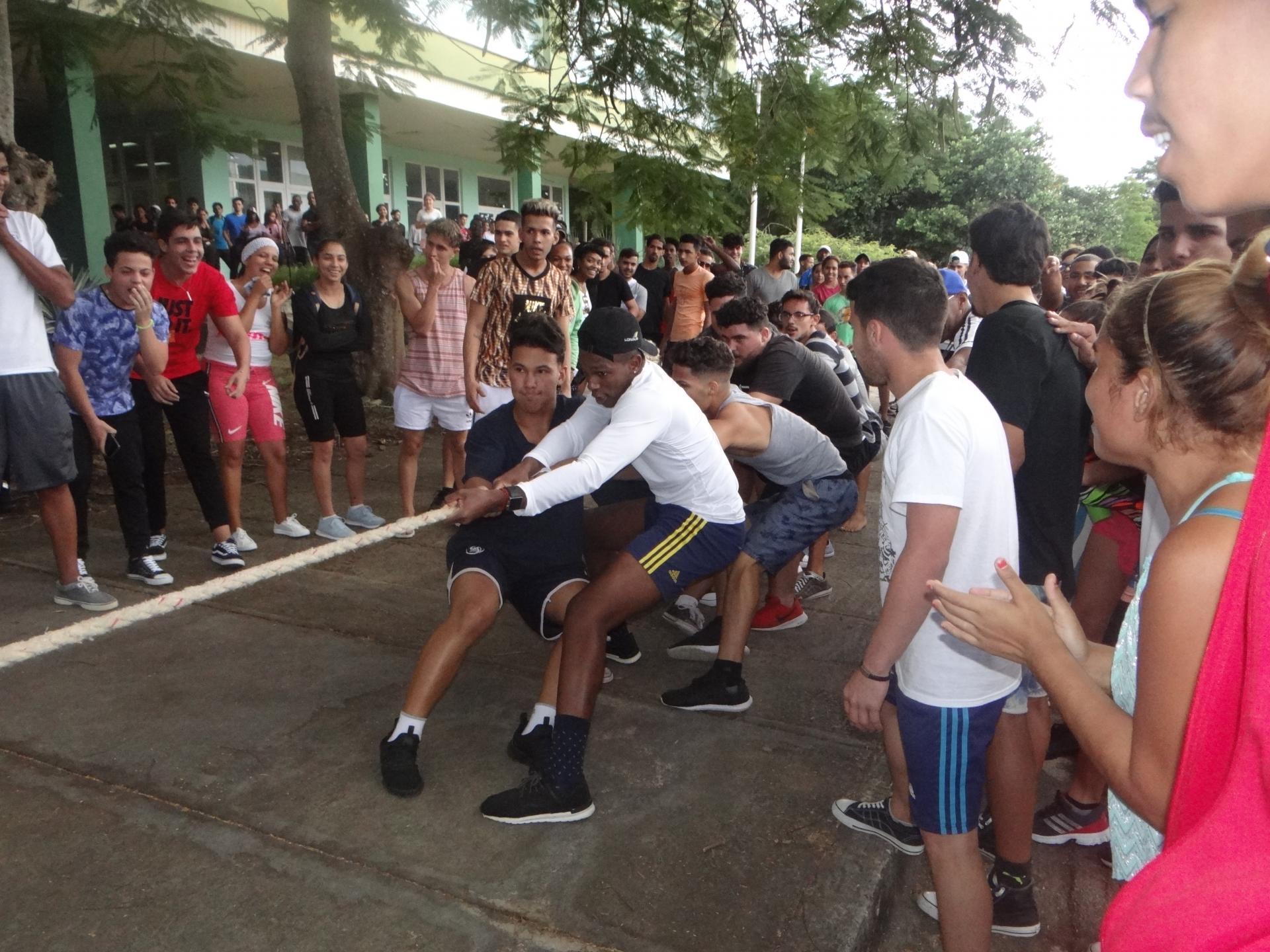La participación de los muchachos en la tracción de la soga se adueñó del Festival Deportivo.