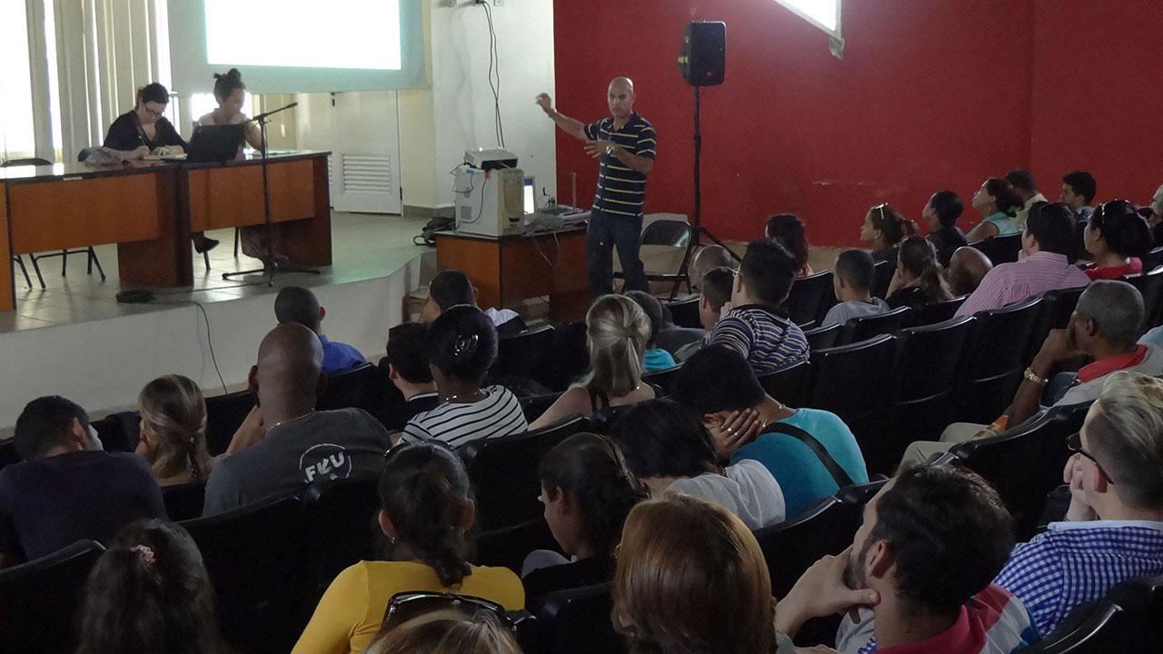El Dr. C. Augusto C. Rodríguez, vicedecano de Posgrado e Investigación presentó el informe de esa área