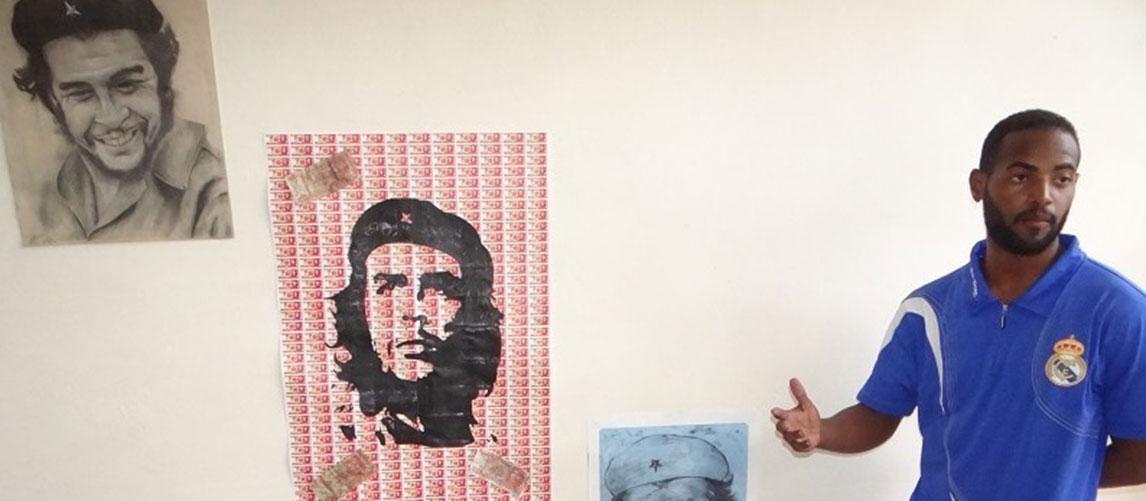 Sael Álvarez y su obra Homenaje al Che, que le mereció el Oro en el último Festival Provincial de Artistas Aficionados de la FEU