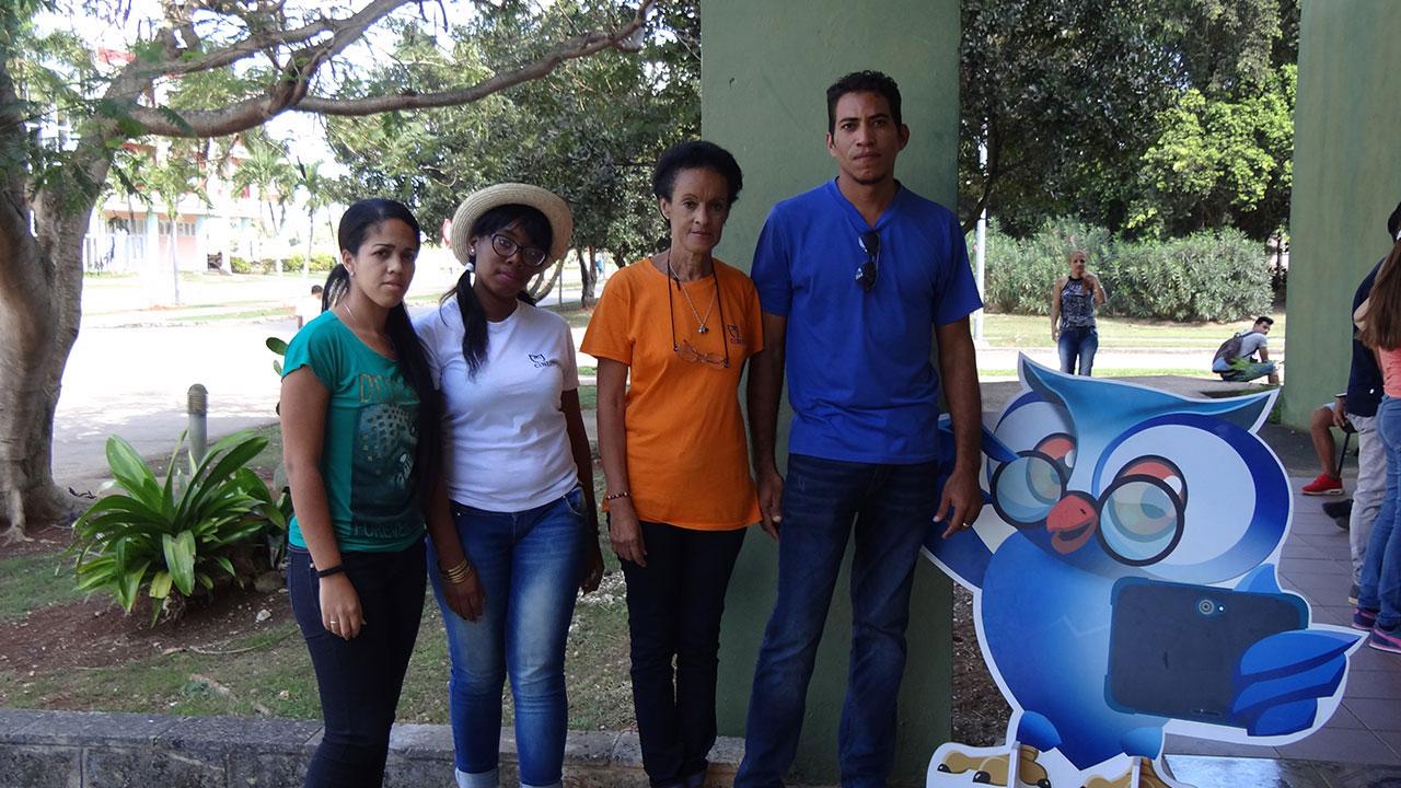De izquierda a derecha Sonia García, Anaivis Sagarra, Rosa Alicia Cárdenas y Junior Suárez, especialistas de Cinesoft que expusieron productos de esa Empresa en la UCI