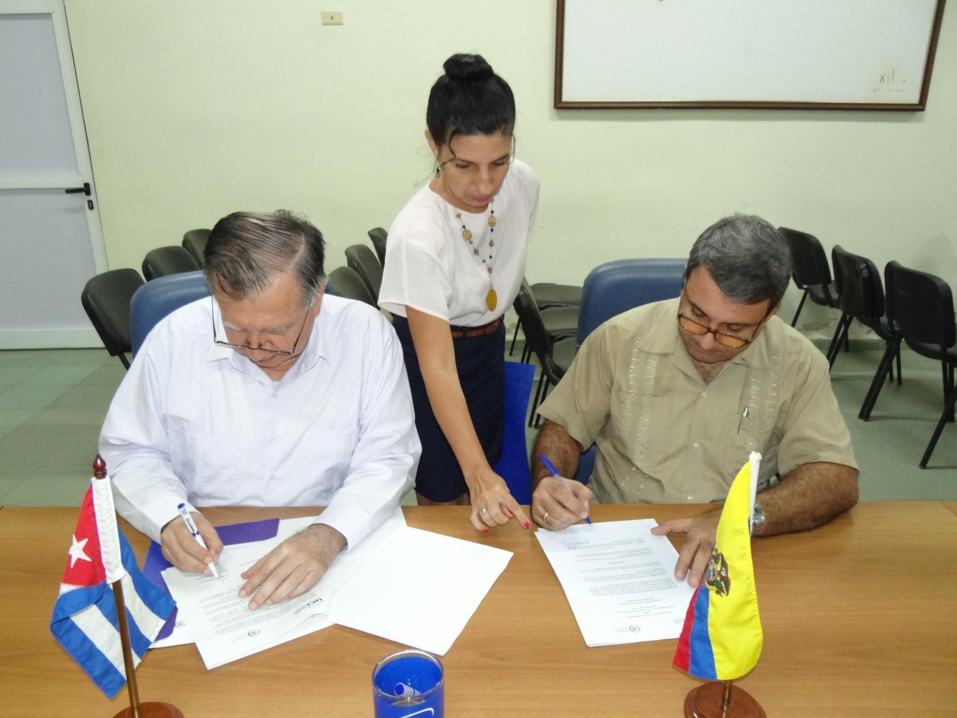 El rector de la UCI,Dr.C. Walter Baluja García y su homólogo ecuatoriano,Dr.C. Vicente Véliz Briones, firmaron un convenio de colaboración