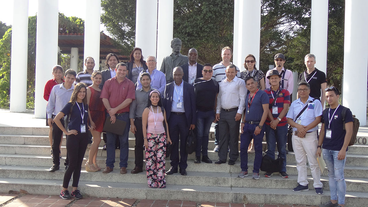Before going on a tour of the university campus, the delegates to Universidad 2018 wanted to take the traditional photograph of themselves in Mella Square