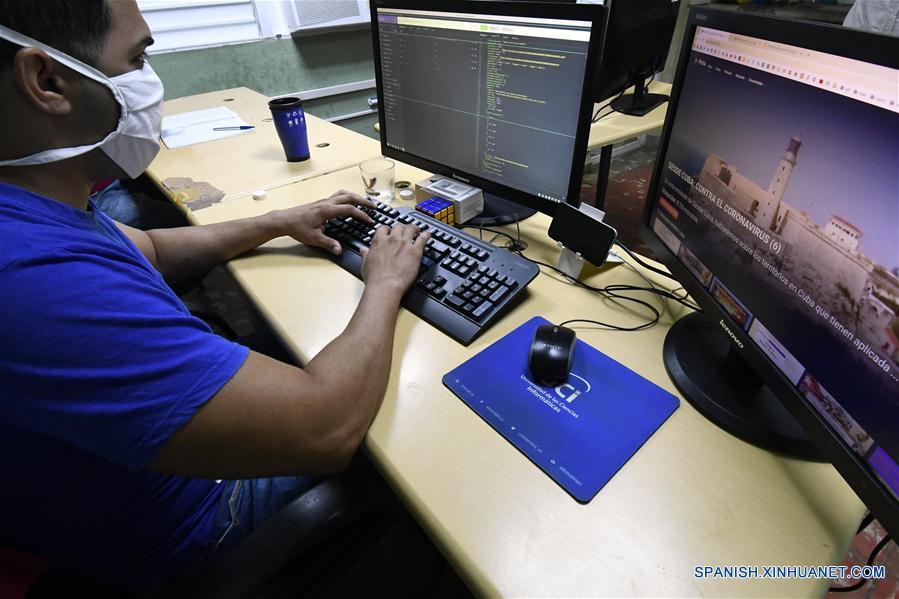 Joven desarrollador frente a su computadora, trabaja en la aplicación Pesquisador Virtual