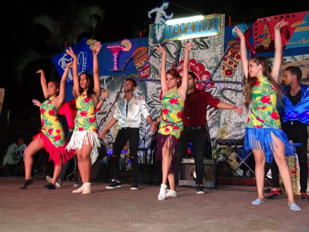 Música, baile, luces y colores se conjugaron en el festival de la Facultad 4.