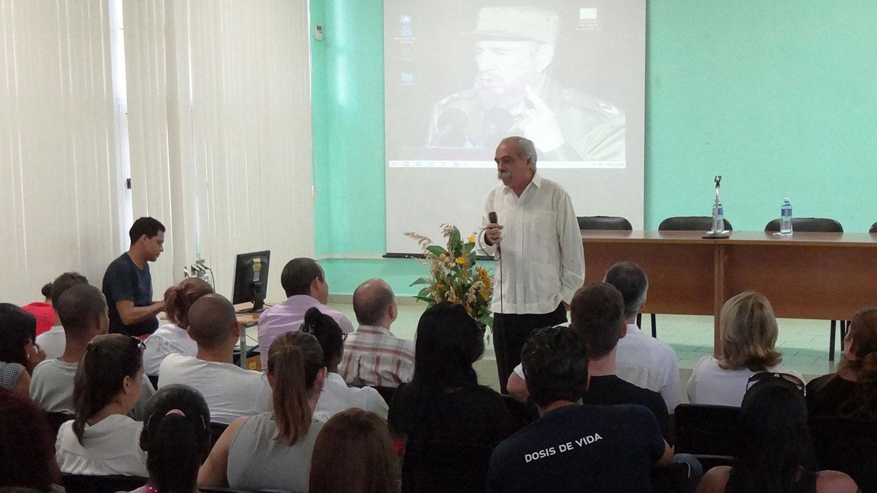 El Dr.C. Jorge González Pérez les contó a los jóvenes cómo fueron encontrados los restos del Che y sus compañeros de lucha en Bolivia