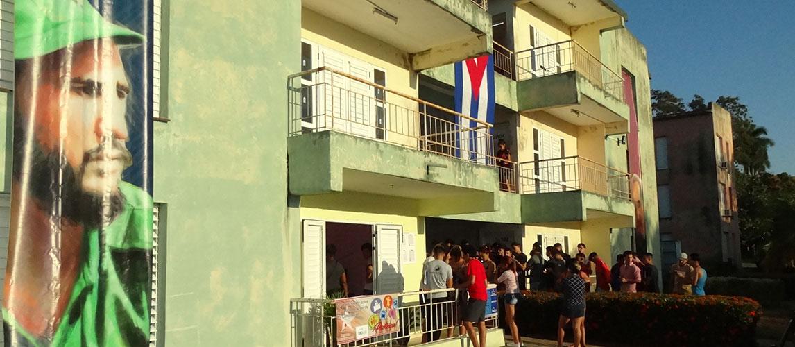 Estudiantes y trabajadores de la Universidad de las Ciencias Informáticas participan en un ejercicio de verdadera democracia