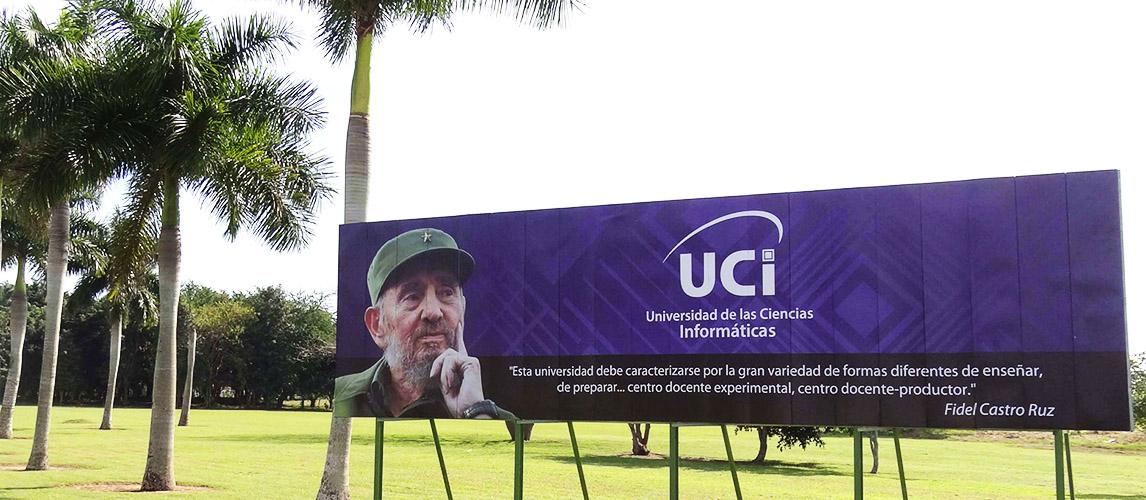 La valla que identifica a la Universidad de las Ciencias Informáticas, exhibe el concepto de Fidel del modelo de la UCI
