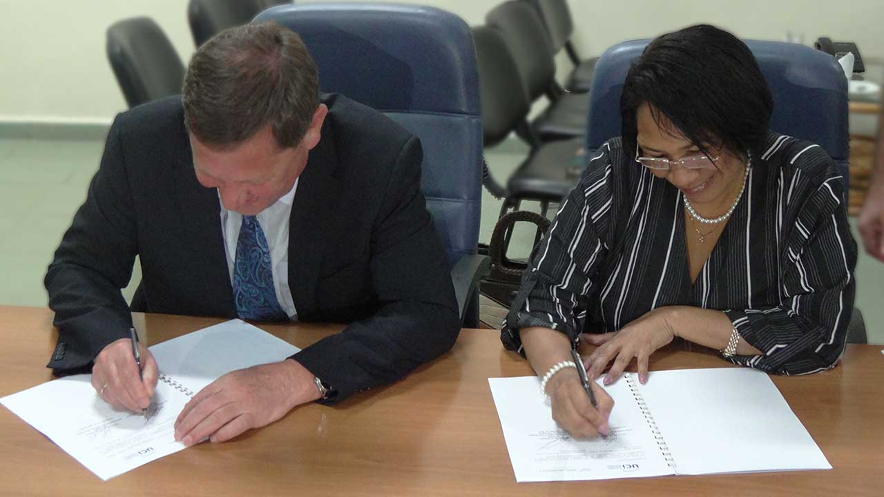 Dr Miriam Vladimir Vasilyev and Dr. Miriam Nicado García sign the collaboration agreements. Photo: YosbelFaleroVento