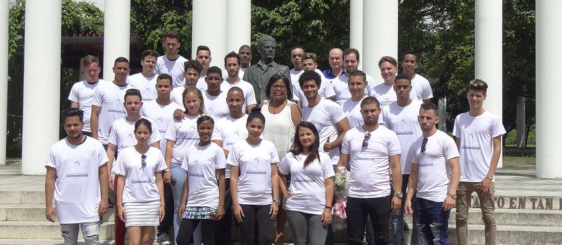 Foto Oficial, en la Plaza Mella, de los recién graduados de la Facultad de Ciencias y Tecnologías Computacionales