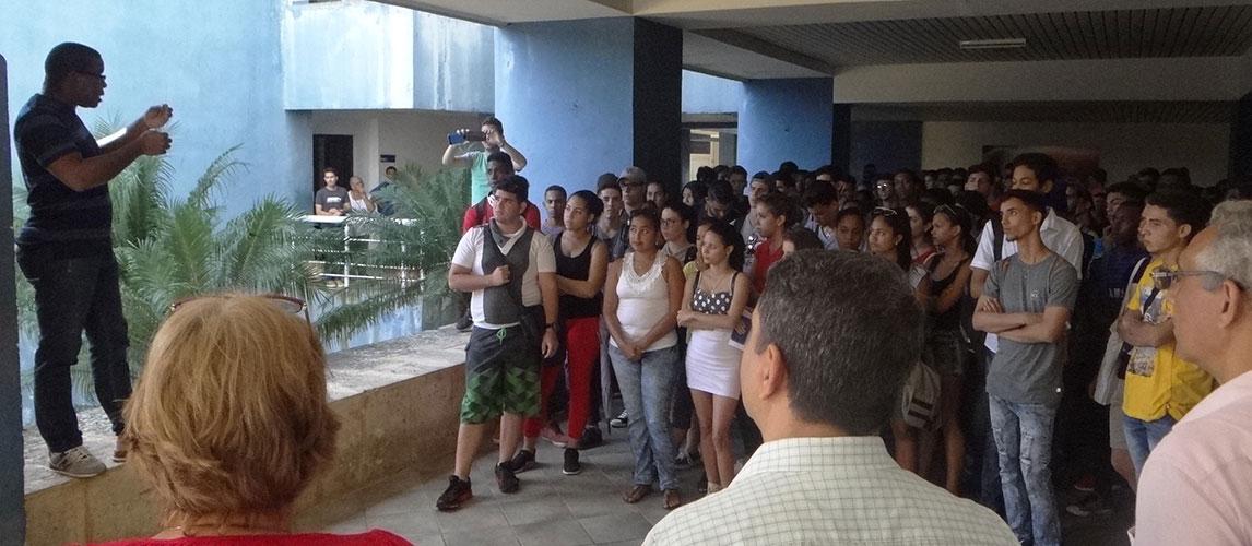 Mitin en el docente Mariana Grajales en contra del bloqueo y en celebración a la victoria cubana en la ONU