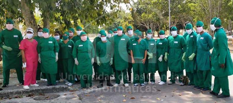 Grupo de primeros voluntarios UCI junto a personal de salud en el Centro de Aislamiento