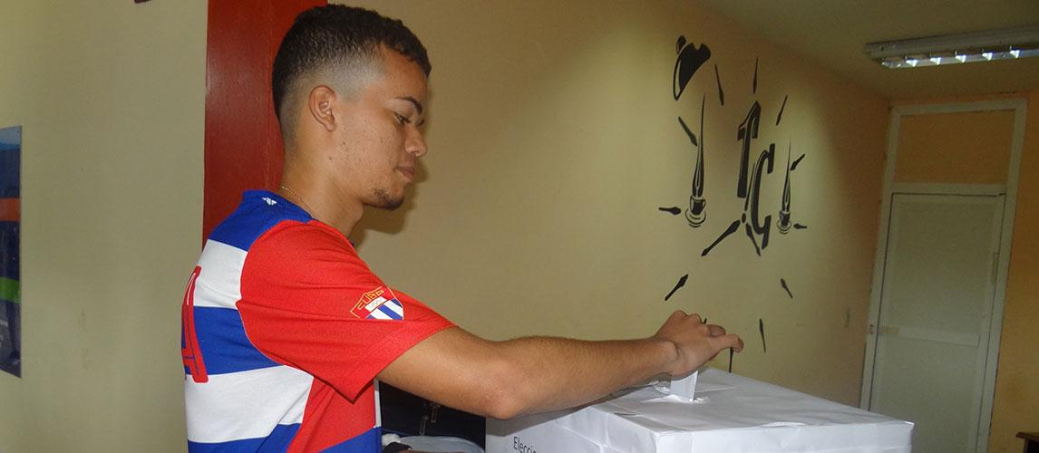 Los estudiantes efectúan su voto en las elecciones de la FEU en la Fici