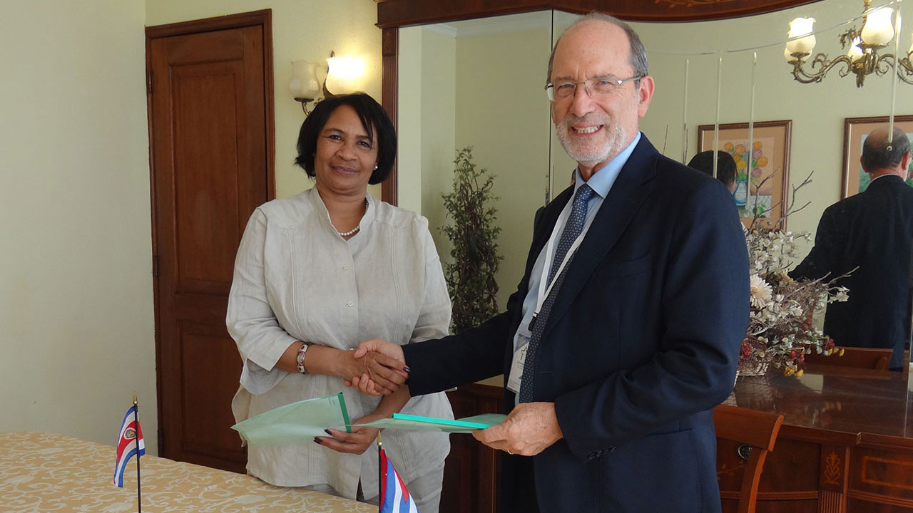 Dr.Sc. Miriam Nicado García signs a collaboration agreement with Dr. in Psychology and rector of the University of Costa Rica, Henning Jensen Pennington