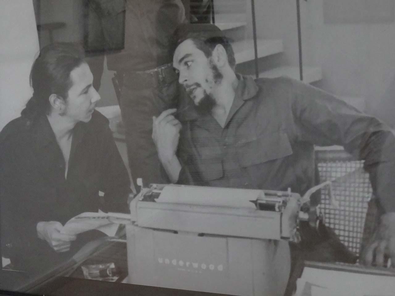 Universitarios rinden tributo al Che durante exposición fotográfica.