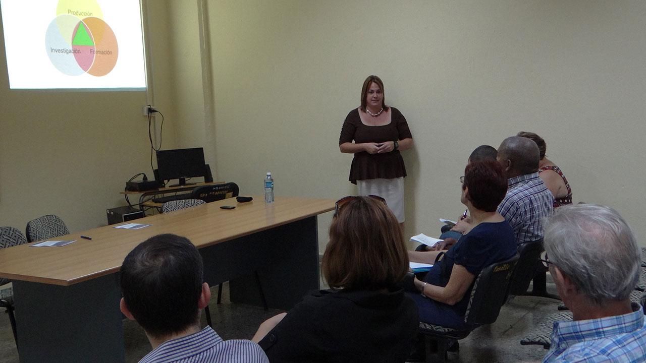 La Dra. C. Yaimí Trujillo Casañola, coordinadora de la Maestría, expuso ante los evaluadores datos de interés sobre este programa de posgrado.