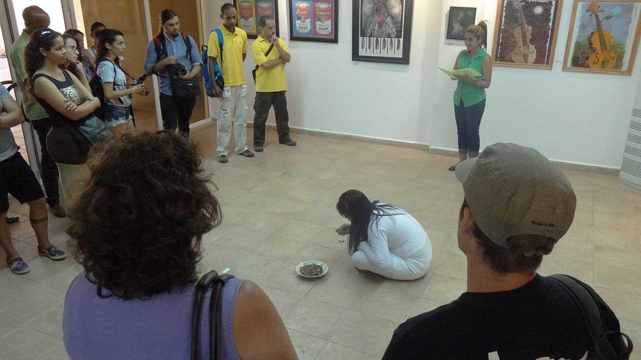 Inauguración del Festival Provincial de Artes Plásticas de artistas aficionados de la FEU en la galería de arte del Centro Cultural de la UCI.
