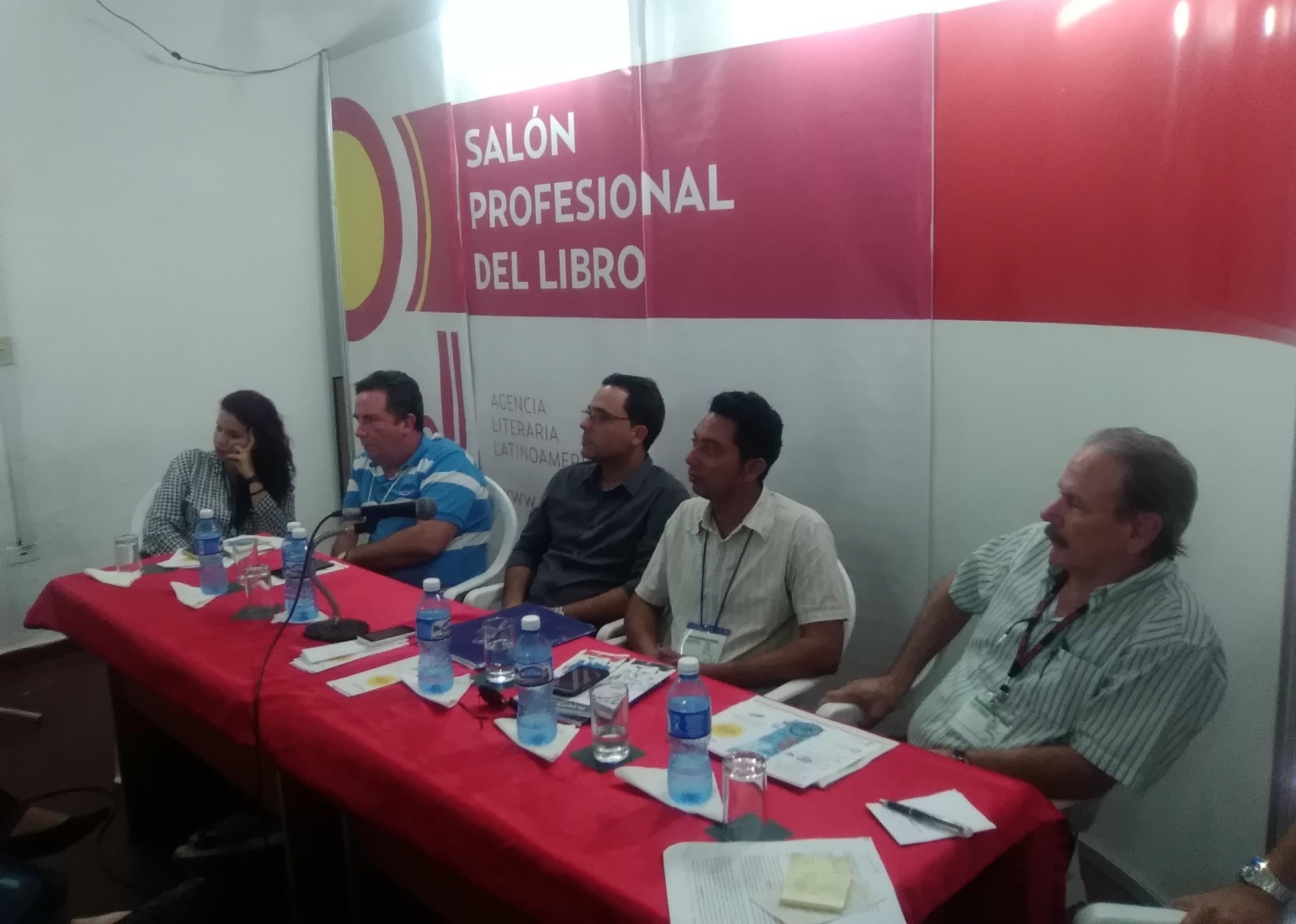 Segundo, de derecha a izquierda, Raynel Batista Téllez, metodólogo de la Dirección de Ciencia, Tecnología e Innovación de la UCI, participa en el panel sobre el libro digital en Cuba de la XXVII Feria Internacional del Libro de La Habana