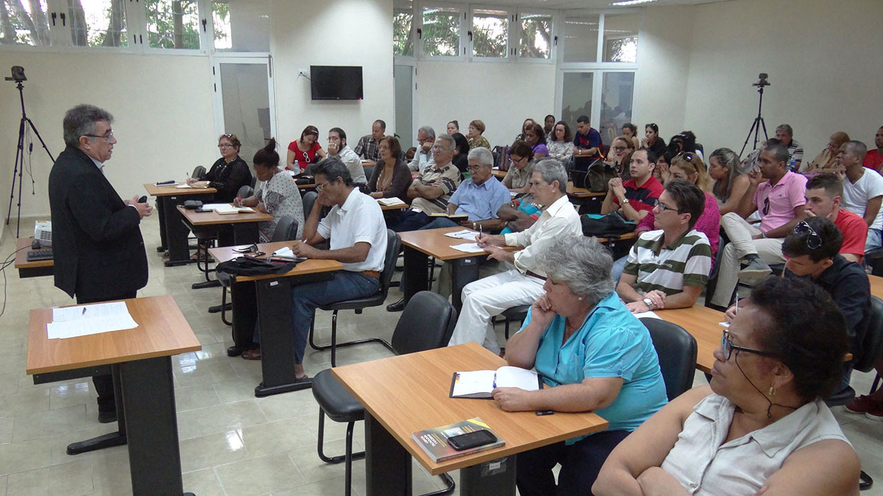 El Decano de la Facultad de Ciencias de la Educación de la Universidad de Sevilla en España, tutor de tesis doctorales en la UCI, dicta conferencia magistral en esta institución