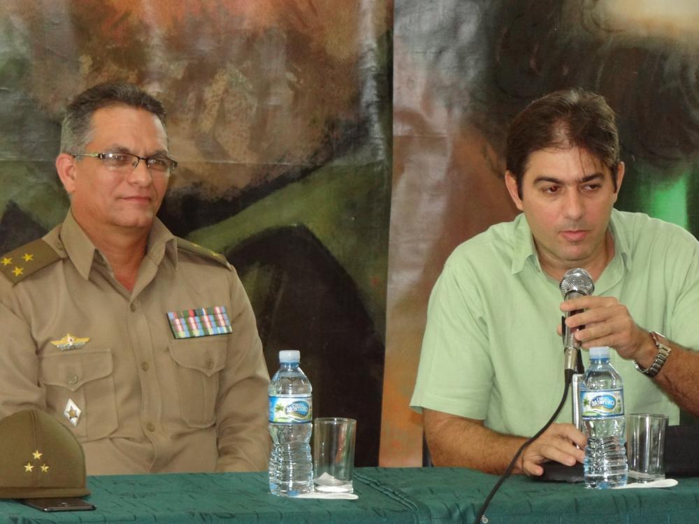 """En la presentación del libro """"La Habana, capital épica de la Revolución Cubana"""" estuvieron presentes su autor, Abel E. González, y el director de la Editorial Verde Olivo, coronel Rigoberto Santiesteban"""