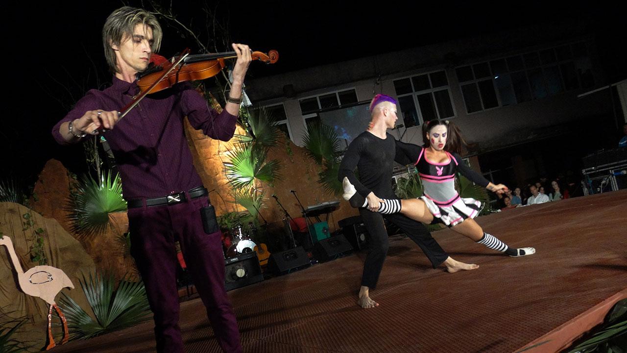 El grupo de danza moderna Ámbar, con la obra Game over. Universidad de Ciencias Informáticas UCI