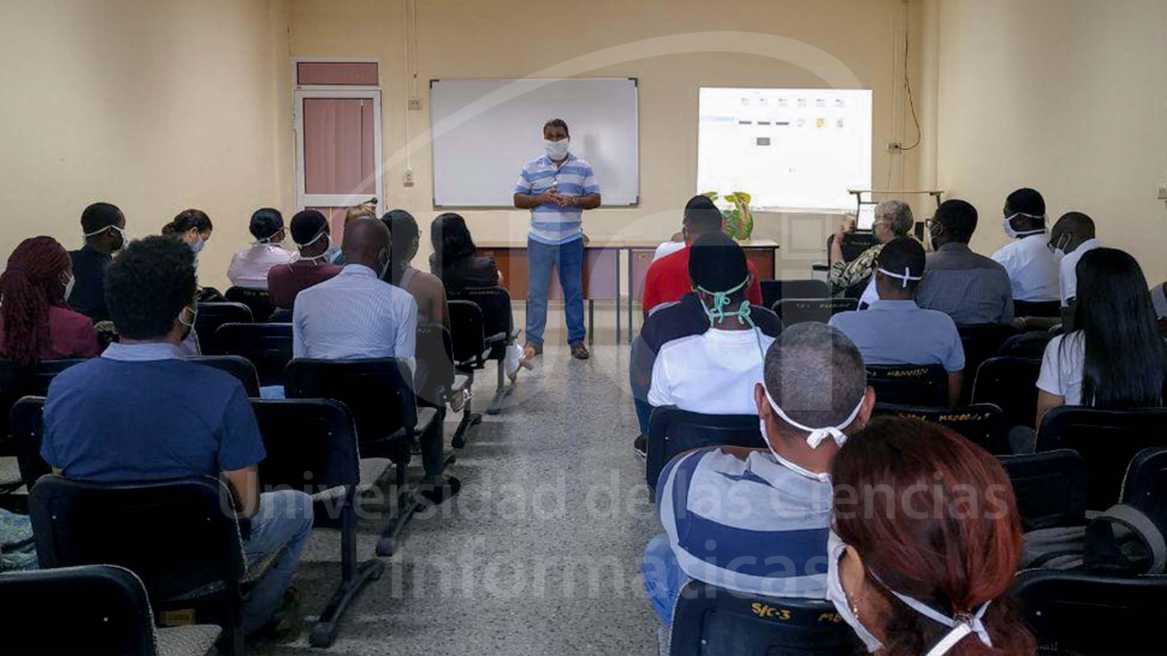 El Rector Walter Baluja conversa con los estudiantes angolanos antes de comenzar el taller de tesis