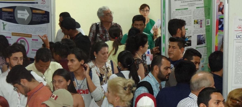 Los docentes asistieron masivamente al Salón Me dicen Cuba para conocer las propuestas expuestas en los carteles