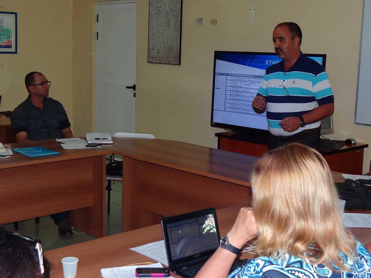 El Dr.C. Alexis Torres Alonso, investigador del Centro de Educación a Distancia de la Unah, explicó la experiencia estratégica de implementación del Modelo de ED.