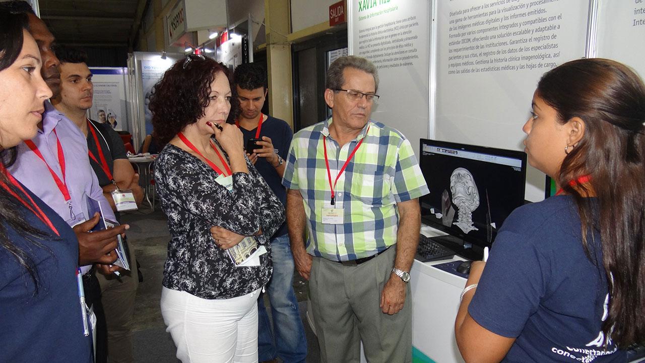El jurado evaluador de la Feria visitó el estand de la UCI.