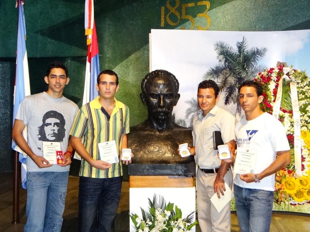 Algunos de los jóvenes de la UCI que recibieron reconocimientos.