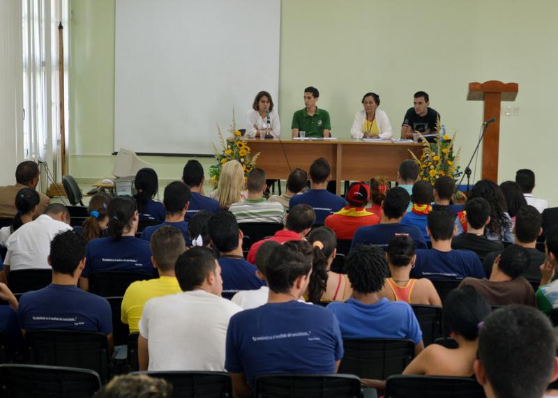 Asesora del MES y Vicepresidente Nacional de la FEU intervienen en la clausura del evento VI Taller de Investigación Científica Estudiantil Joven Ciencia 2014, que sesionó en la UCI.