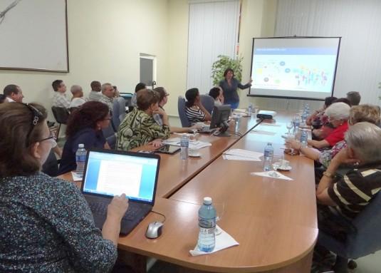 La Dra. Nicado García expone a los visitantes aspectos significativos sobre la estructura de la UCI.