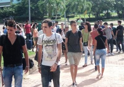 Estudiantes de primer año llegan a la UCI.