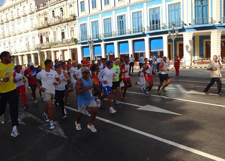 El recorrido comenzó frente al Capitolio a las 9:30 a.m. y se extendió por las calles Prado y Malecón hasta llegar a Malecón y G.