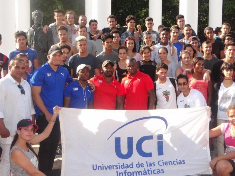 En el centro de la imagen (de izquierda a derecha), Yonger Batista Omar, Reineri Andreu Ortega, Geandry Garzón Caballero y Franklin Marén Castillo, medallistas mundiales de lucha.