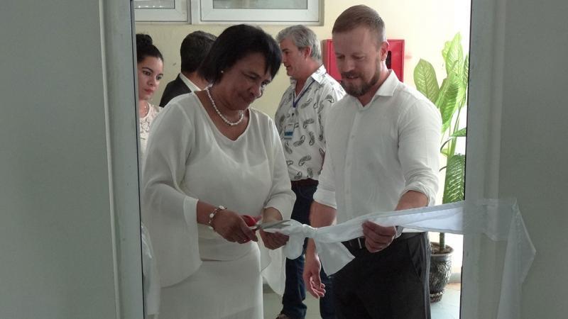 Dra.C. Miriam Nicado, rectora de la UCI y Jordi Jiménez, líder del Grupo de Tecnologías de la Información y la Comunicación en inauguración del aula CIMNE UCI