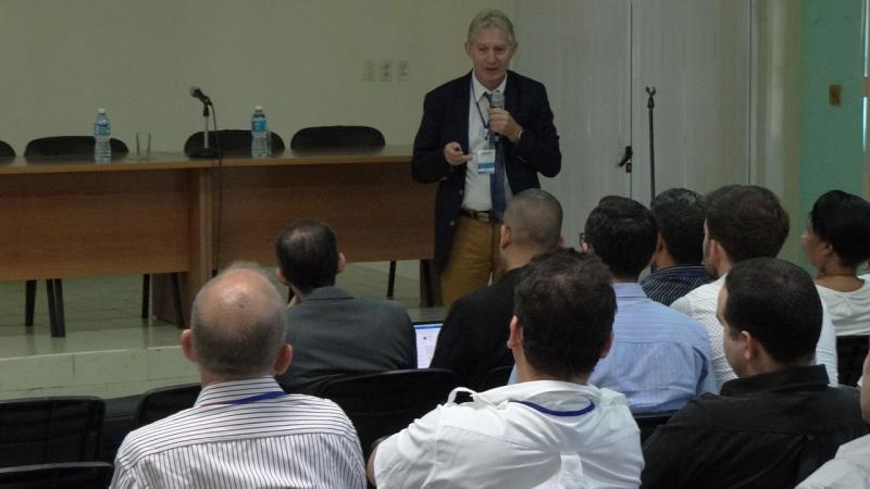 """Conferencia """"Big data challenges"""", del Dr. C. Michel Daydé."""