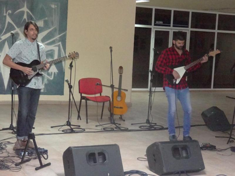 Los artistas aficionados realizaron demostraciones magistrales de los instrumentos de cuerda.