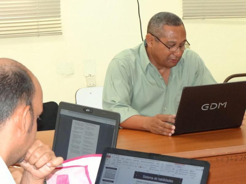 Director de Formación de Pregrado, Dr.C. José Ortíz Rojas interactúa con participantes del concentrado.