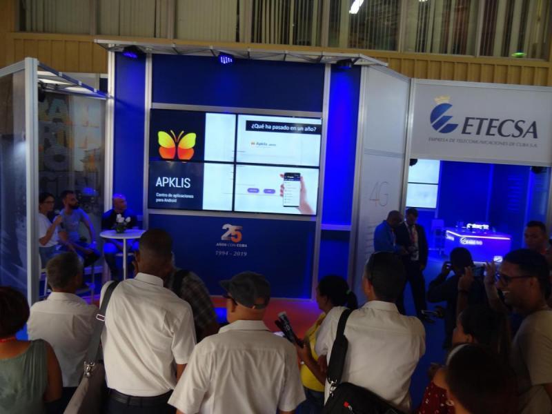 El público que se congregó en el stand de la Empresa de Telecomunicaciones de Cuba intercambió con los especialistas de UCI que lideran las aplicaciones toDus, Apklis y la plataforma cubana de contenidos audiovisuales Picta.