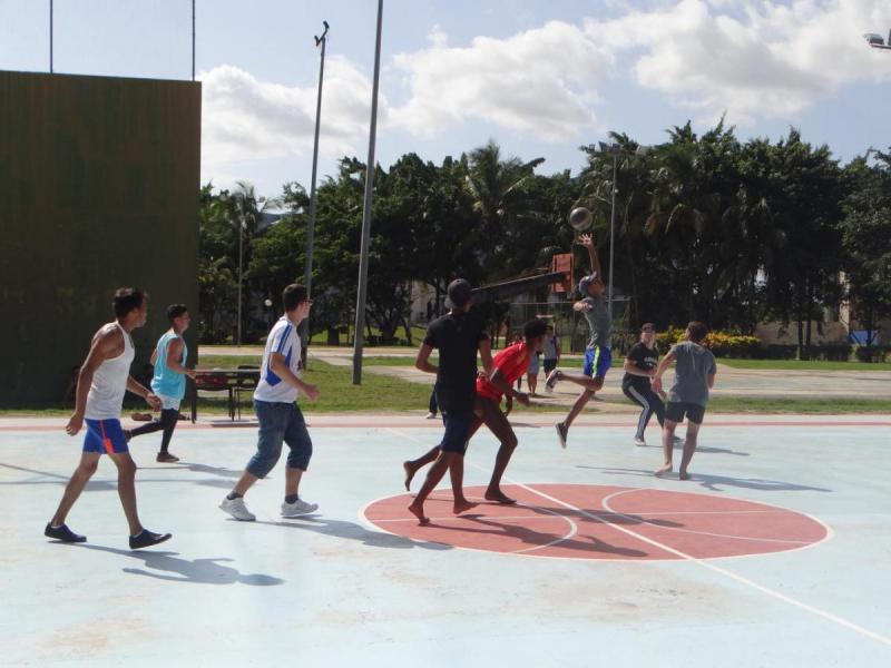 Los estudiantes de la institución académica practican sistemáticamente ejercicios físicos.