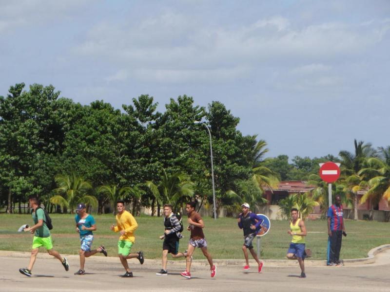 Participa la comunidad universitaria en el Maratón.