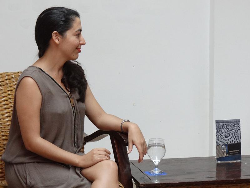 Martha Acosta en la presentación de su libro Paraísos perdidos en la peña Torres de Marfil de la UCI.
