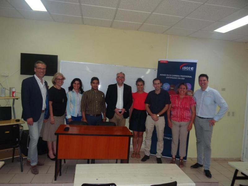 Anfitriones y visitantes en el aula 1 de posgrado del docente Rubén Martínez Villena, que podría convertirse, en Cuba, en el Centro de Formación y Calificación iSQI, como proyecto internacional.