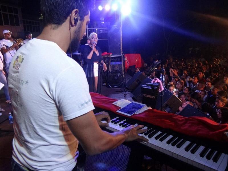 Los jóvenes de la UCI celebran el 4 de Abril en el concierto de Haila María.