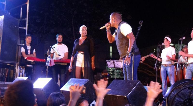 """Haila canta a dúo con Aned Mota el tema musical """"El susto""""."""