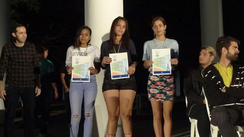 Premian a atletas femeninas ganadoras de la maratón.