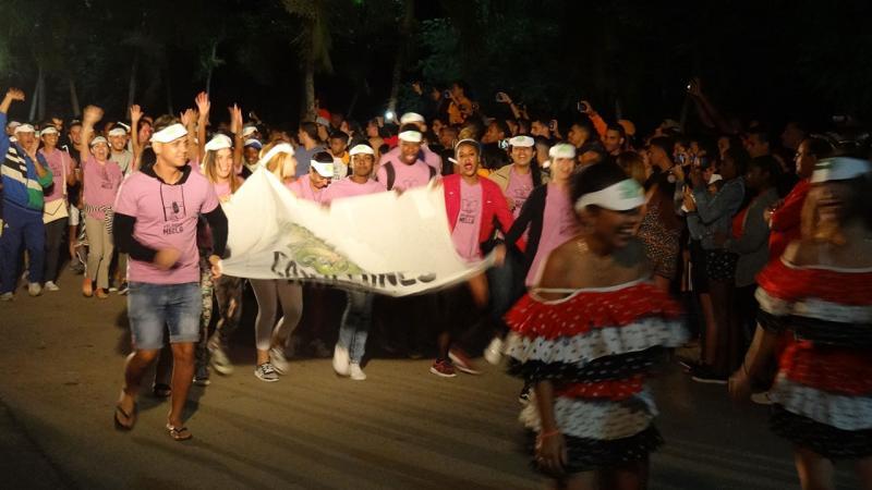 Desfile de los Caimanes en la inauguración de los Juegos Mella.