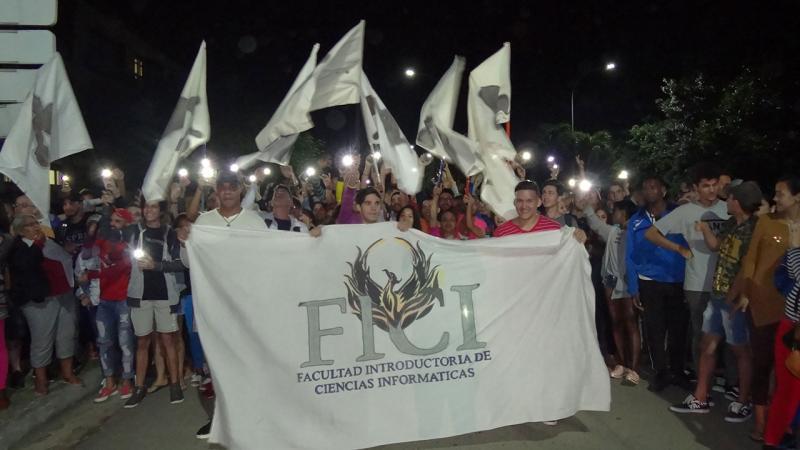 Desfile de los Fénix en la inauguración de los Juegos Mella.