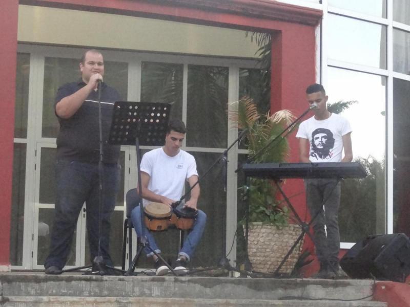 """Artistas aficionados de la Universidad interpretaron la canción """"Revolución""""."""