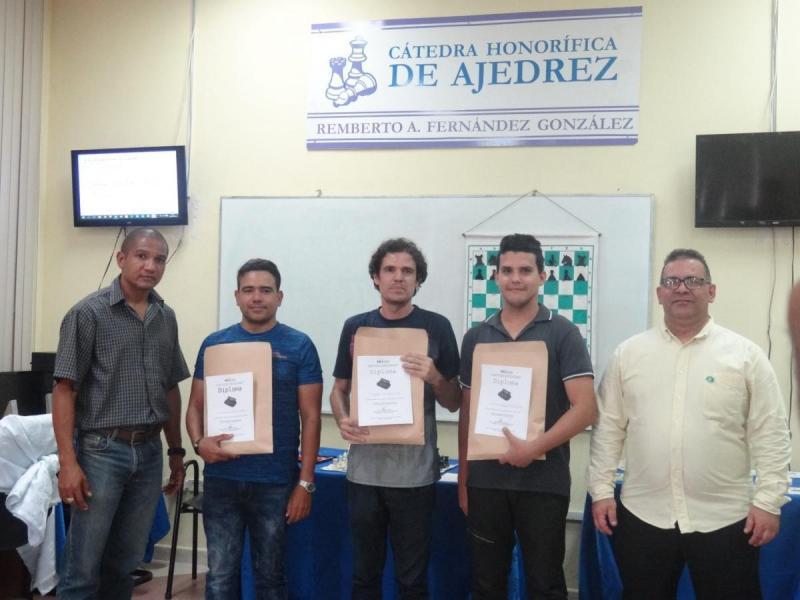 En el centro de la imagen los tres primeros ganadores de la Final Blitz del III Grand Prix, acompañados del Director de Deportes (extremo izquierdo) y el Presidente de la Cátedra de Ajedrez en la UCI (extremo derecho).